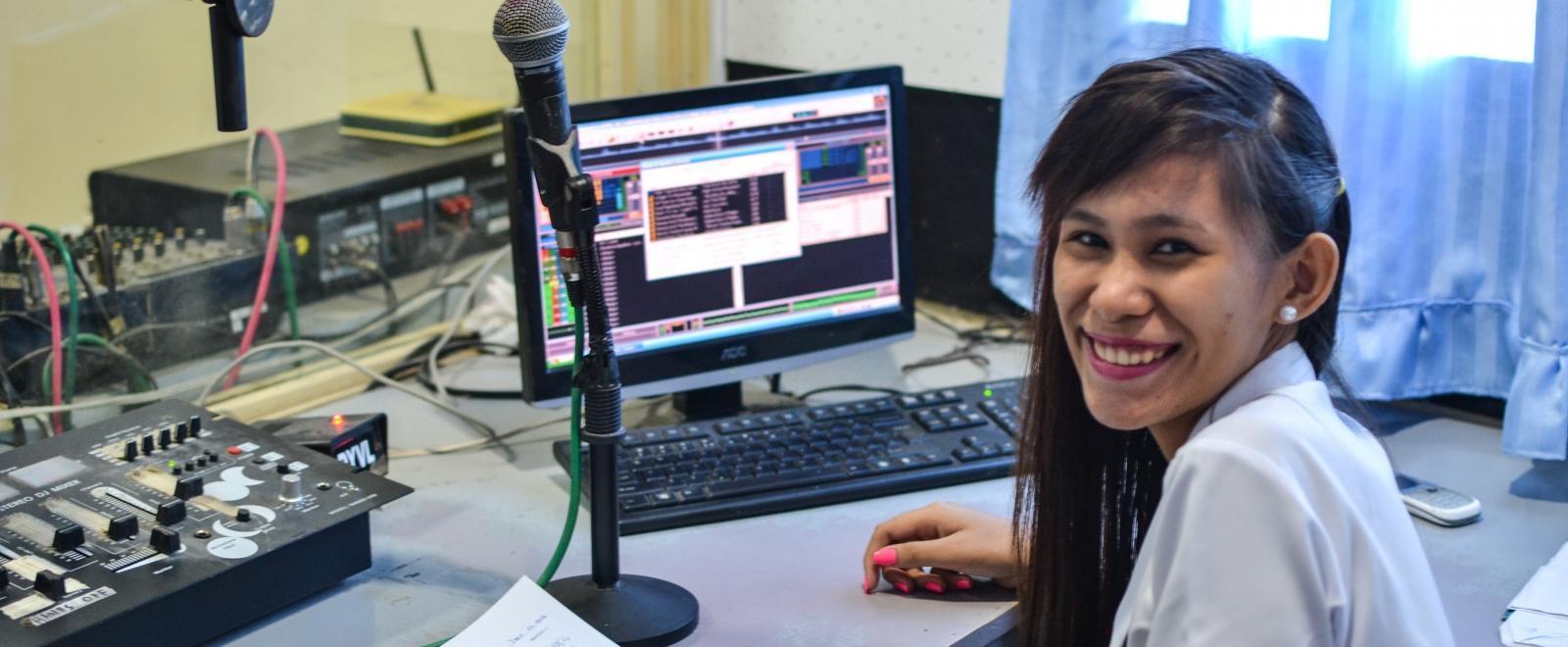 DJ local en una estación de radio de Filipinas donde tenemos pasantías de periodismo internacionales.